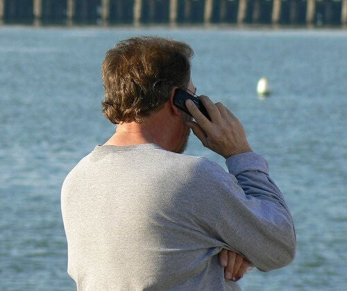 Mand der snakker i telefon
