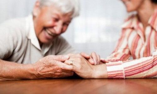 Ung kvinde og aeldre kvinde - saadan skal paaroerende behandles