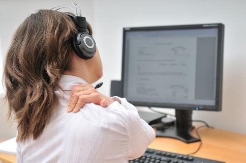 Kvinde med smerter foran computeren