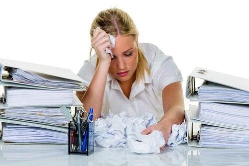 Kvinde med problemer paa arbejdet - din skjoldbruskkirtel