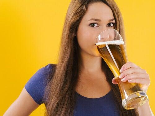 Kvinde der drikker en ordenlig oel