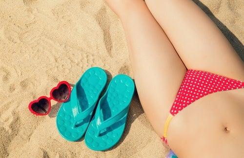 Kvinde der ligger paa stranden