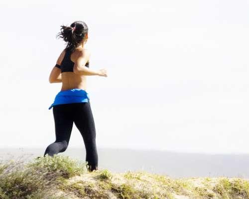 Kvinde løber tur