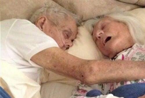 Ægte kærlighed: Par gift i 75 år dør i samme seng