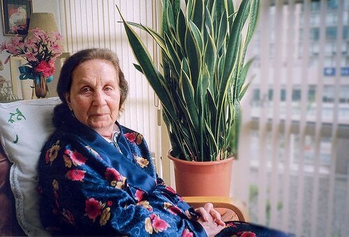 Aeldre kvinde med alzheimers