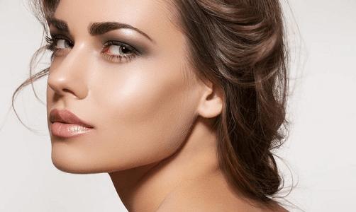 Kvinde med sund hud