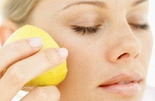 Kvinde paafoerer citron