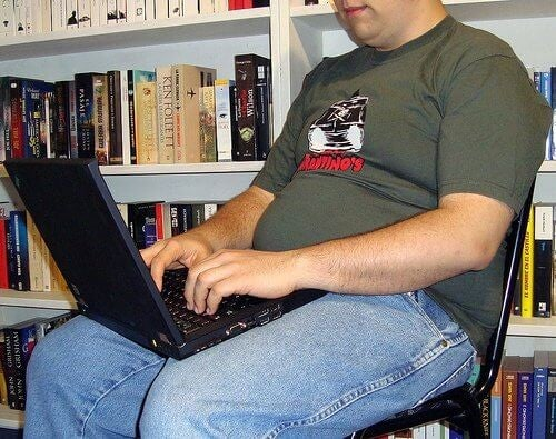 Person der sidder paa en stol med sin computer