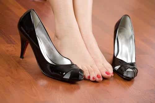 Fjern fodsmerter med enkle retningslinier for fodtøj