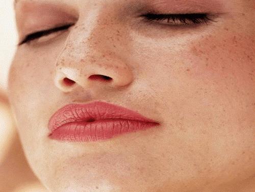 Kvinde med fregner i ansigtet