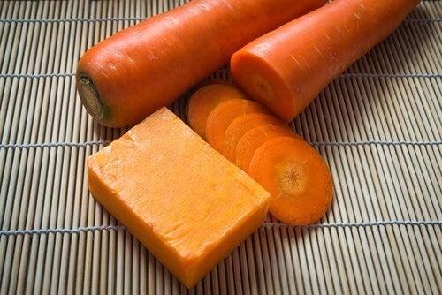 Få smuk hud med denne hjemmelavede gulerodssæbe