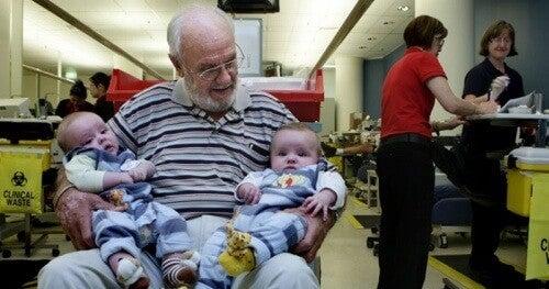 Mand redder millioner af babyer med sit blod