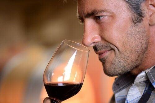Mand der drikker roedvin