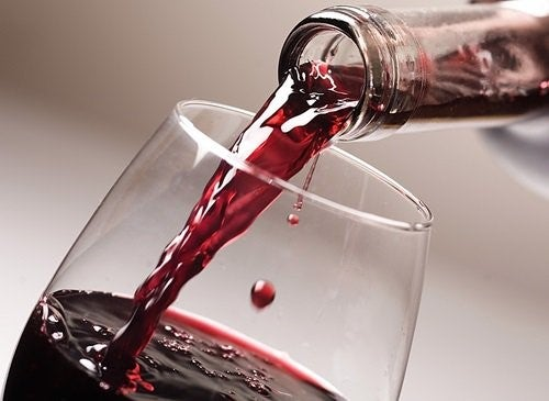 Roedvin der bliver skaenket op
