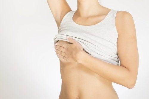 Kvinde der undersoeger sit ene bryst