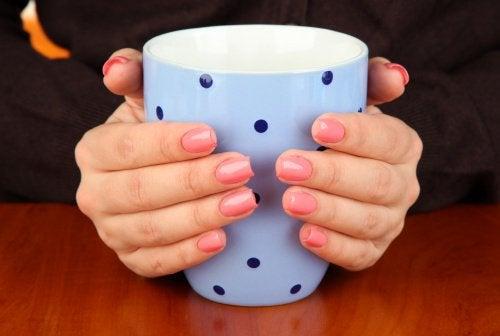 Du kan holde om en varm kop, hvis du har kolde hænder