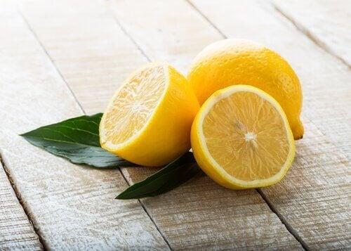 Foryng din krop med denne smoothie med selleri og citron.