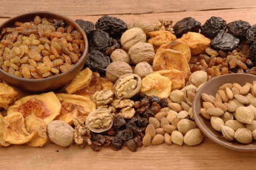 Nødder og tørret frugt har jern.