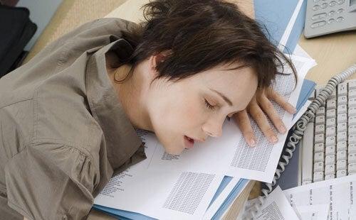 Kvinde der sover paa arbejdet