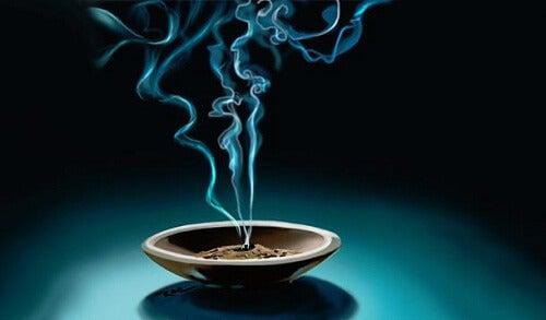 Sådan bruges røgelse til at ændre vibrationerne i dit hjem