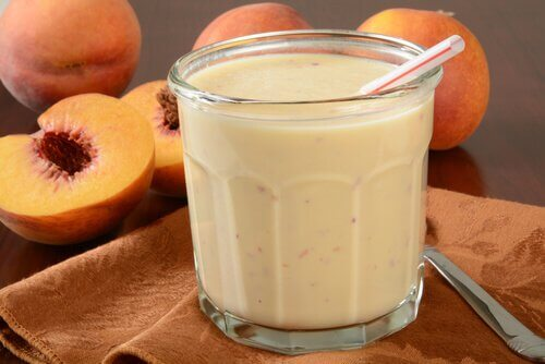 Yoghurt og fersken smoothie
