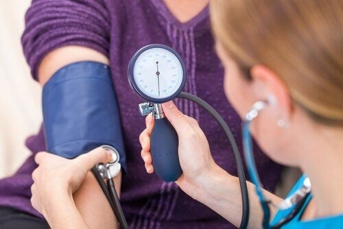 Kvinde faar taget sit blodtryk