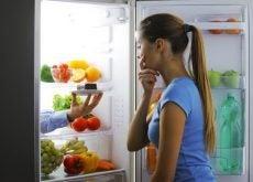 Kvinde der kigger fristet ind i koeleskabet