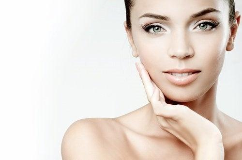Kvinde med velplejet hud