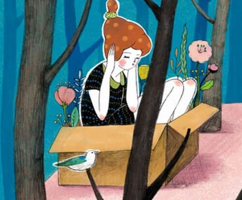 Kvinde der sidder i en papkasse