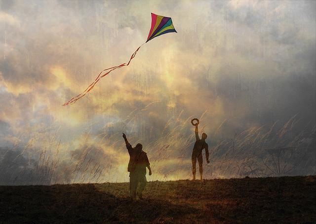 To personer der flyver med drage