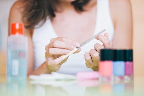 Kvinde der filer negle