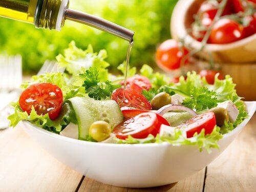 Salat med tomat og olie