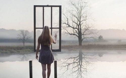 Kvinde foran vindue udenfor