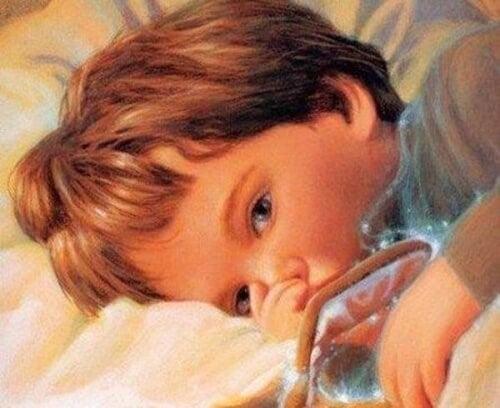 Barn der ligger i sengen