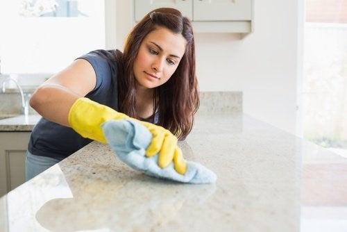 Ung kvinde der rengoerer en bordplade