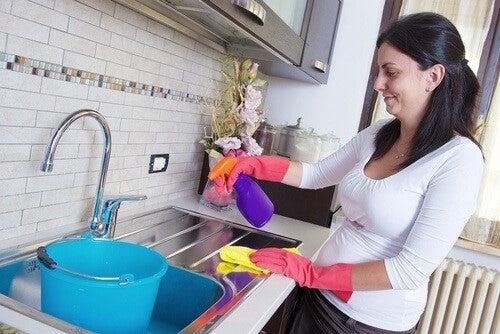 7 tips til rengøring af svære overflader