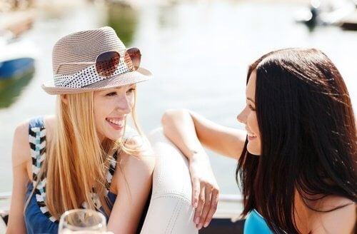 To kvinder der snakker