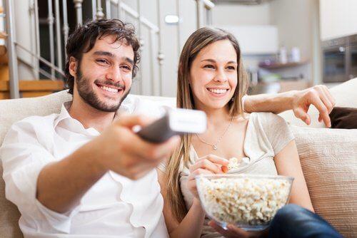 Par der ser film med popkorn