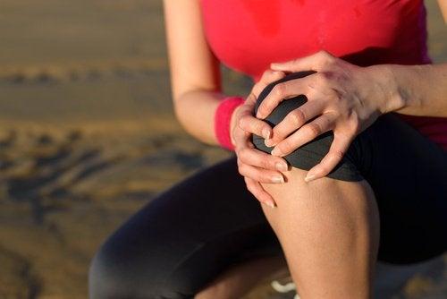 Kvinde med knaesmerter
