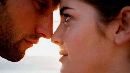 Kvinde og mand kigger på hinanden.