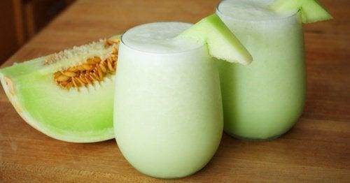 Melon, spinat og vindrue smoothie til trætte muskler