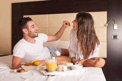 Par der spiser i sengen
