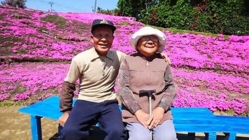 Mand planter 1000 blomster til sin blinde hustru