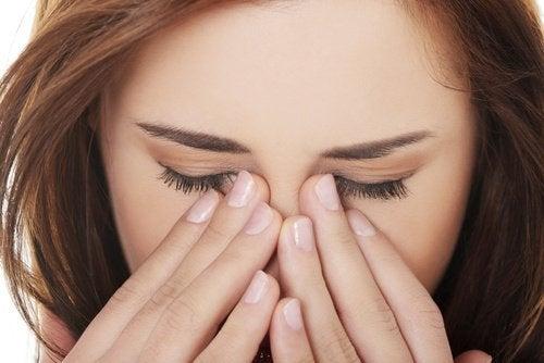 Kvinde med synsproblemer