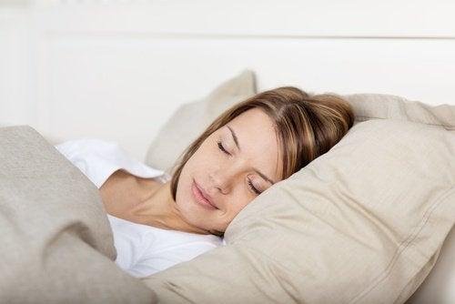 5-kvinder-der-sover- Snorken