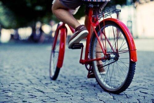 Person der cykler - motionsformer til vaegttab