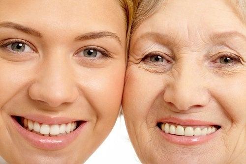 Ung og aeldre kvinde ansigt til ansigt