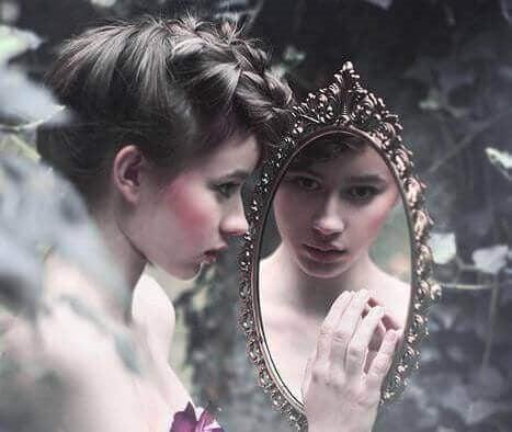Person der kigger sig selv i lille spejl