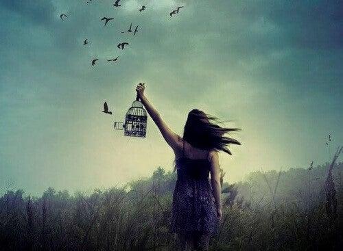 Kvinde tager afsked med fugle - 7 milliarder mennesker