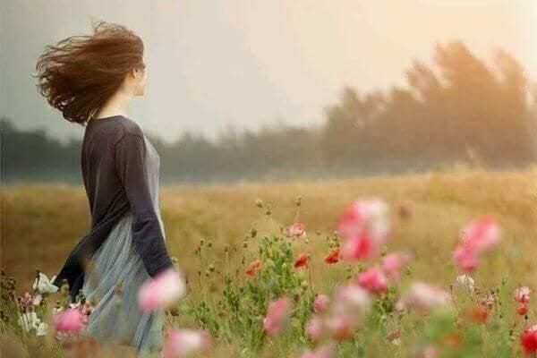 Kvinde på blomstermark
